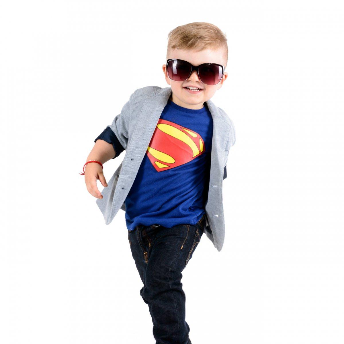 Kind mit Superman T-Shirt und Sonnenbrille.